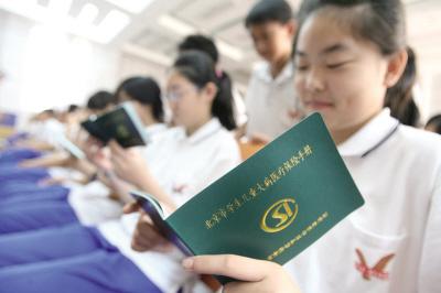 城区学校的学生凭学生参保卡,身份证(户口薄原件)到所选择医院医保办